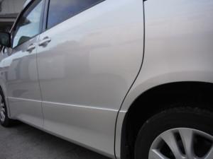 ガリガリ!!塀に張り付き・・・トヨタ ノア 左側面修理